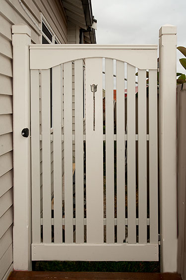 Side picket and handrail gate